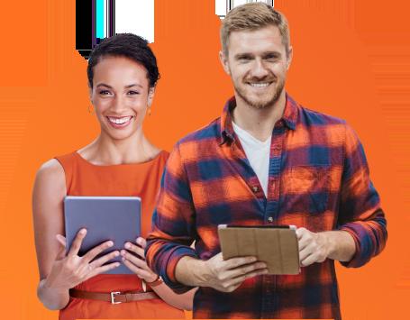 Mulher e homem segurando tablet